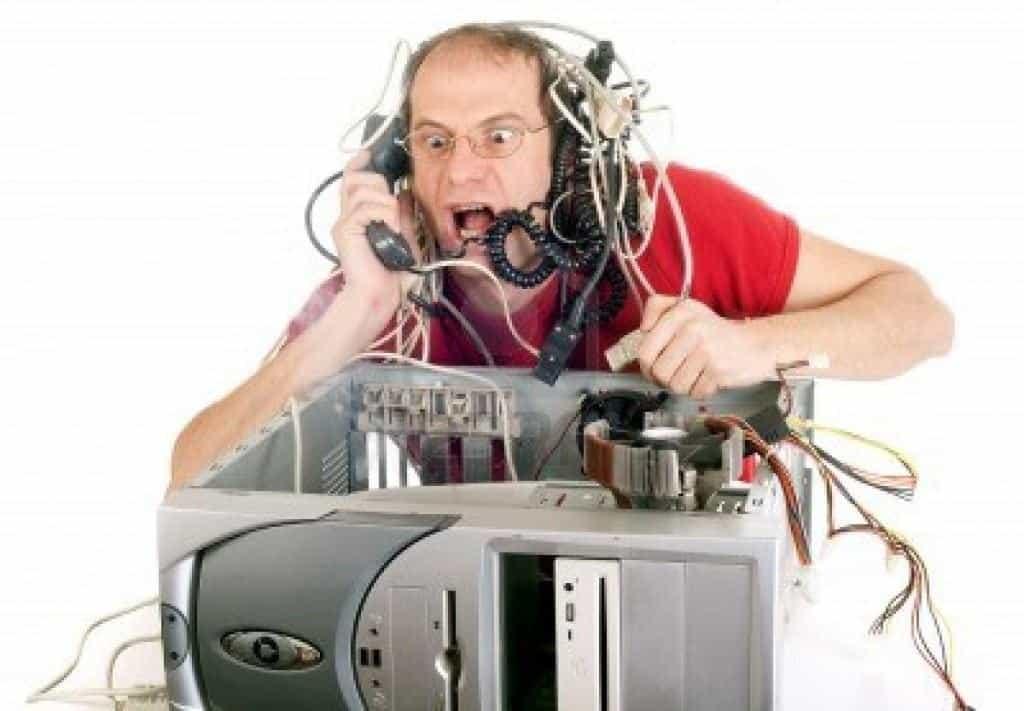 4304970-hombre-en-su-ordenador-con-el-panico-que-tratan-de-llegar-a-linea-telefonica-1024x711.jpg